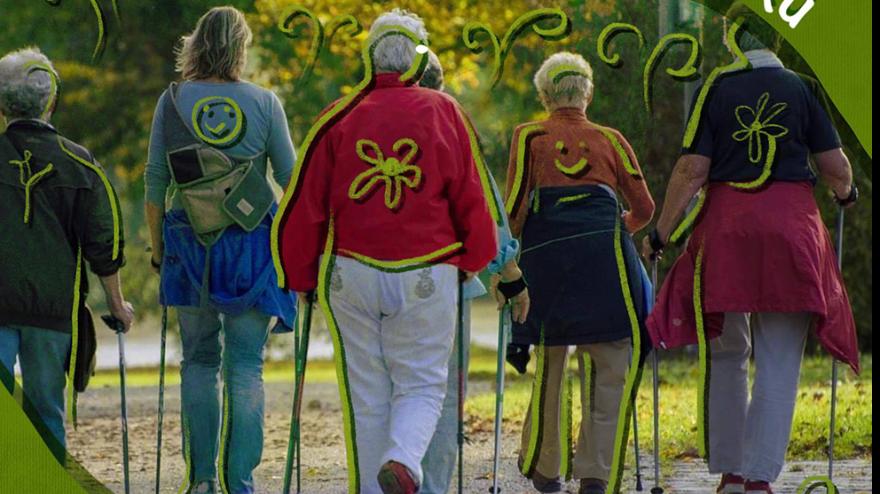 Grafika to plakat promujący zapisy na zajęcia z informacjami zawartymi w tekście. Na zdjęciu seniorki odwrócone tyłem podczas zajęć nordic walking.
